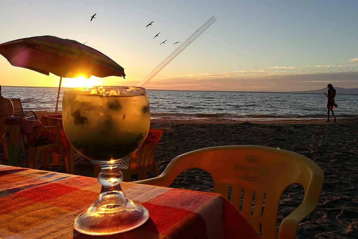 Maléconin rantaravintolat tarjoavat parhaat paikat auringonlaskuun.