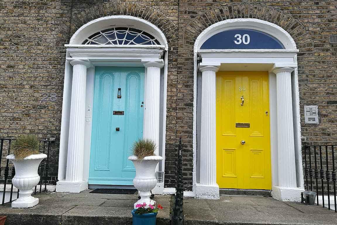 Yrjön aikaisen arkkitehtuurin värikkäitä ovia.