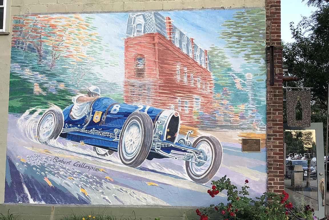 Moottoriurheilu näkyy Watkins Glenin kaupunkikuvassa.
