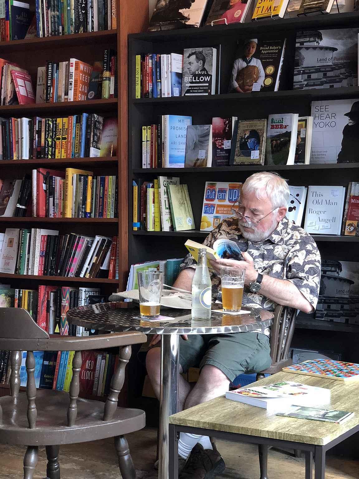 Oluen ja kirjan ostaminen ei voi mennä pieleen.