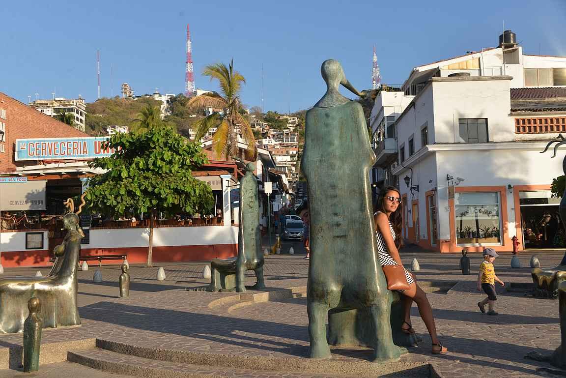 La Rotonda del Mar, La Cervecería Unión ja taustalla Puerto Vallartan rinteet.