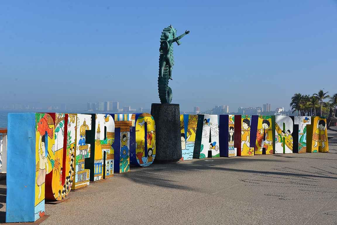 Puerto Vallartan kirjaimet ja merihevospatsas löytyy Malecónin keskivaiheilta.