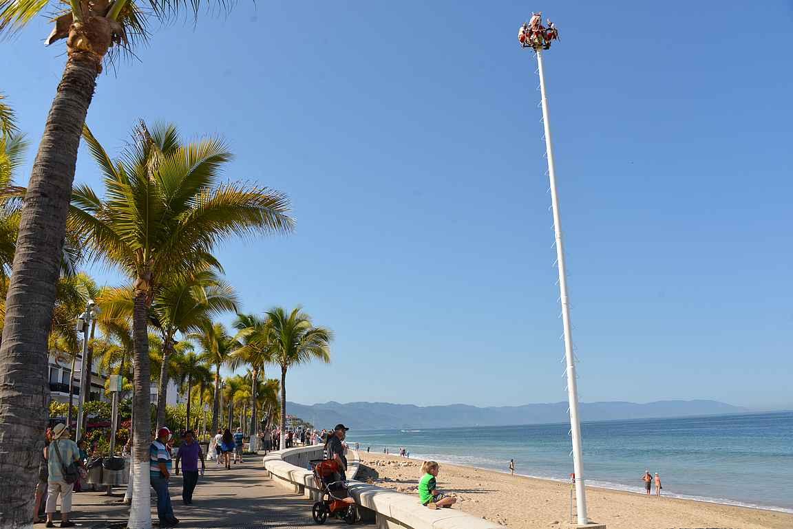 Voladores de Papantla -rituaali valmiina alkamaan Malecónin pohjoispäässä.