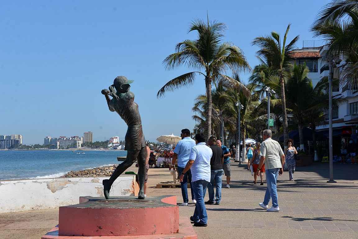 Lorena Ochoa Reyesin patsaalta vandaalit ovat katkaisseet mailan.