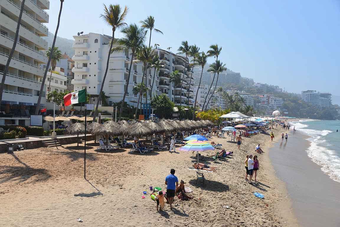 Los Muertos -rantalaiturilta Malecón jatkuu pienenä jalkakäytävänä vielä muutaman sata metriä uimarannan takana.