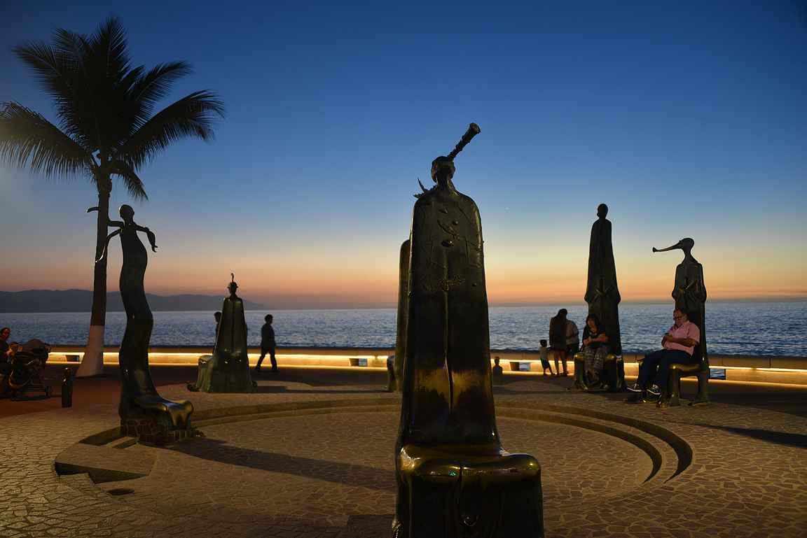 Malecón on täynnä toinen toistaan upeampia patsaita.