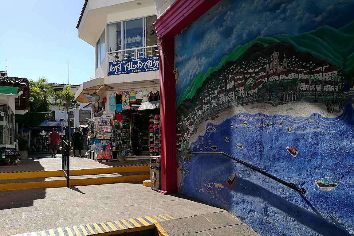 Plaza Malecónin sisääntuloaukolla on hieno seinämaalaus Puerto Vallartasta.