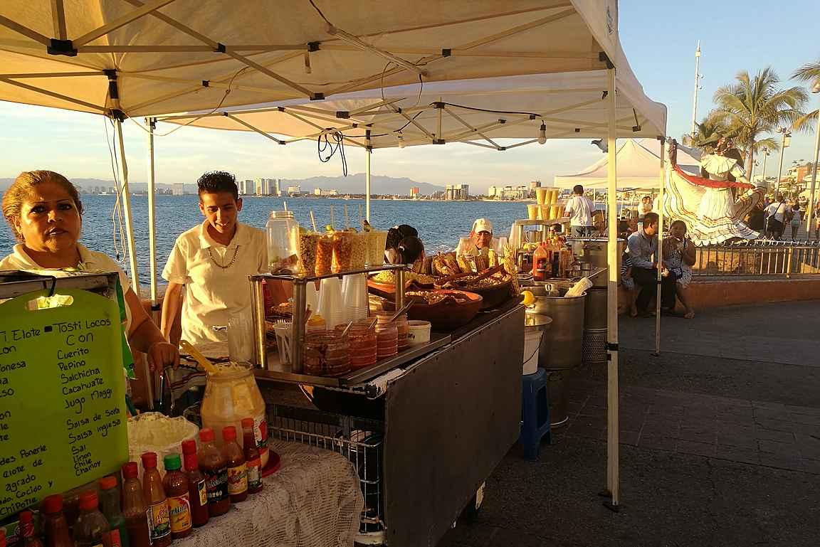 Malecónin varteen pystytettyjä ruokakojuja.
