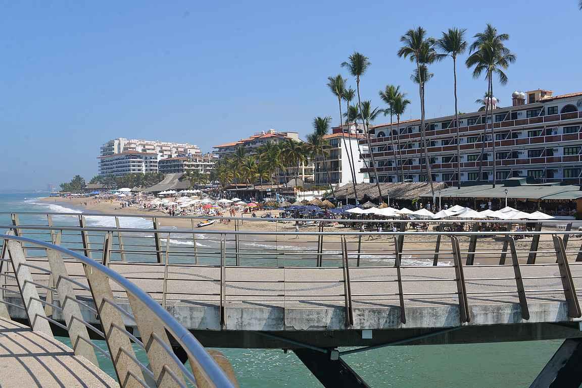 Los Muertos -laiturilta on upeat näkyvät Puerto Vallartan rantaviivaan.