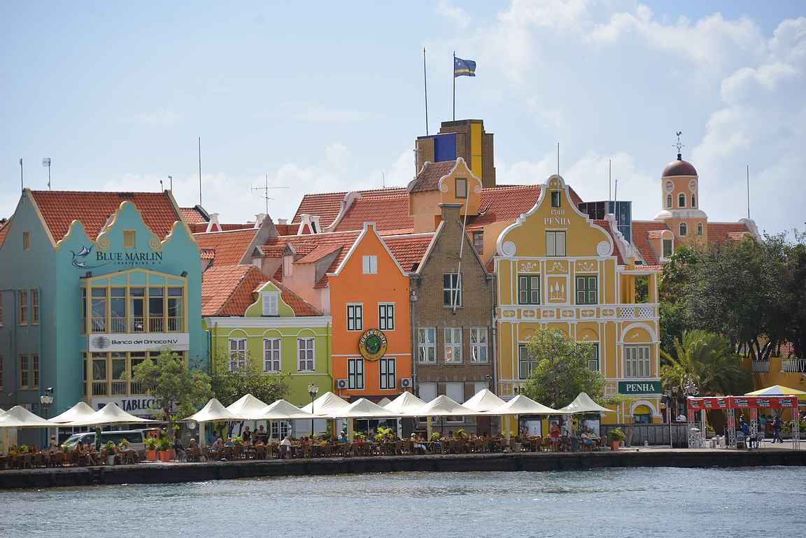 Willemstadin keskustan vanhat värikkäät talot kuuluvat Unescon maailmanperintöluetteloon.