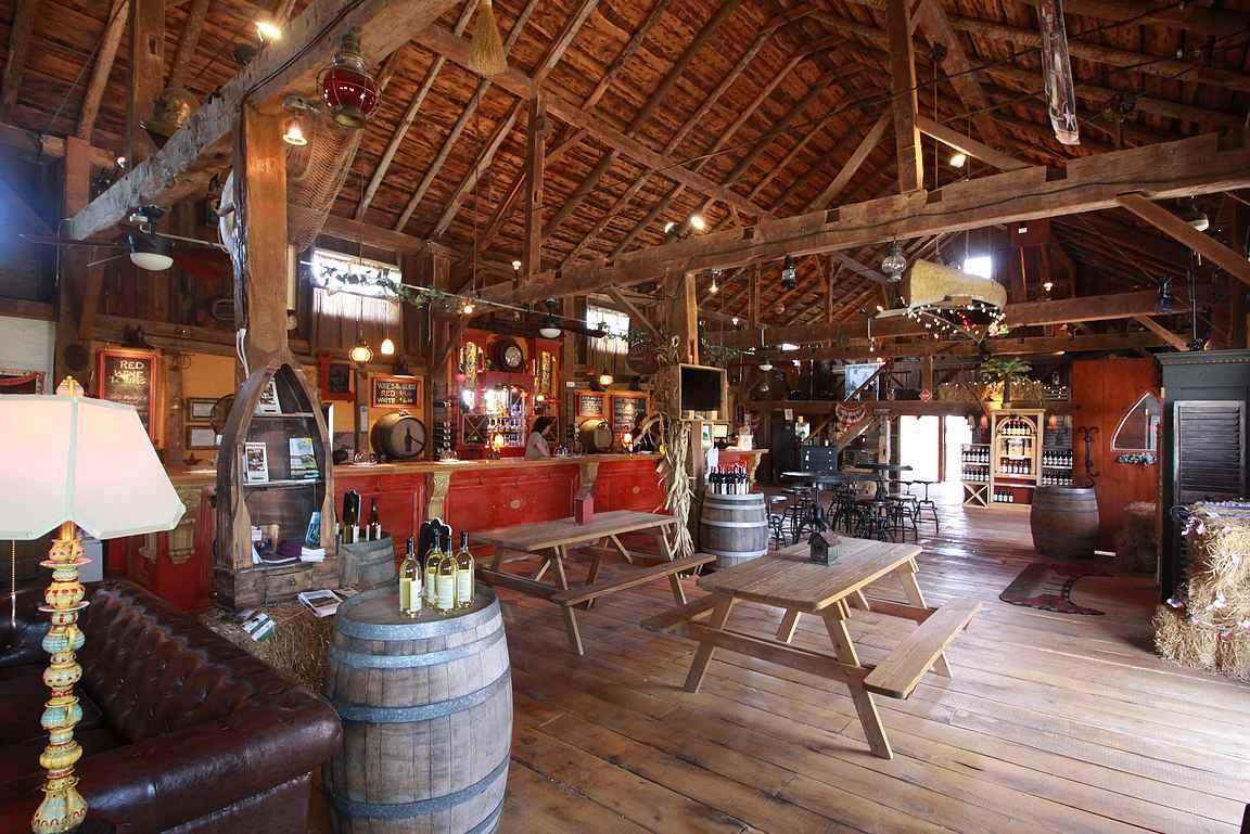 Lacey Magruder Wineyard & Winery - rouhea maistelutila tarjoaa upeat puitteet rentoon maisteluun.