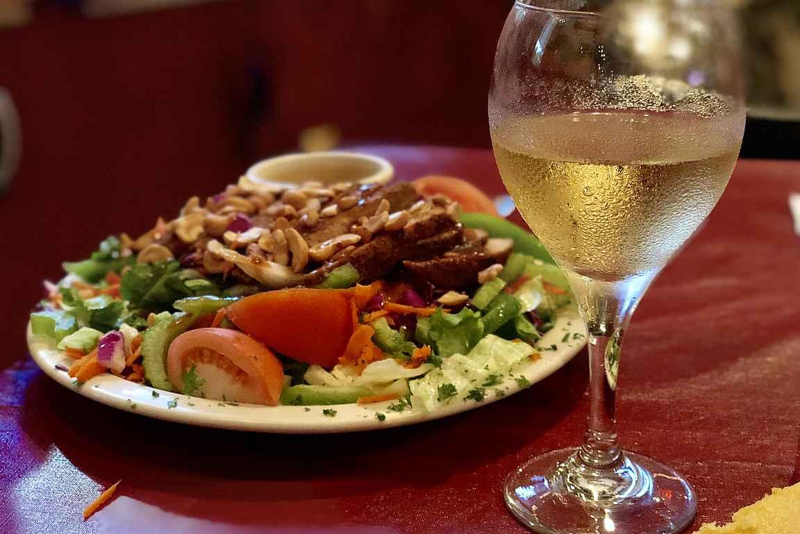Useimmalta tilalta löytyy myös ravintola, jossa saa maukasta lähiruokaa maistelun lomaan.