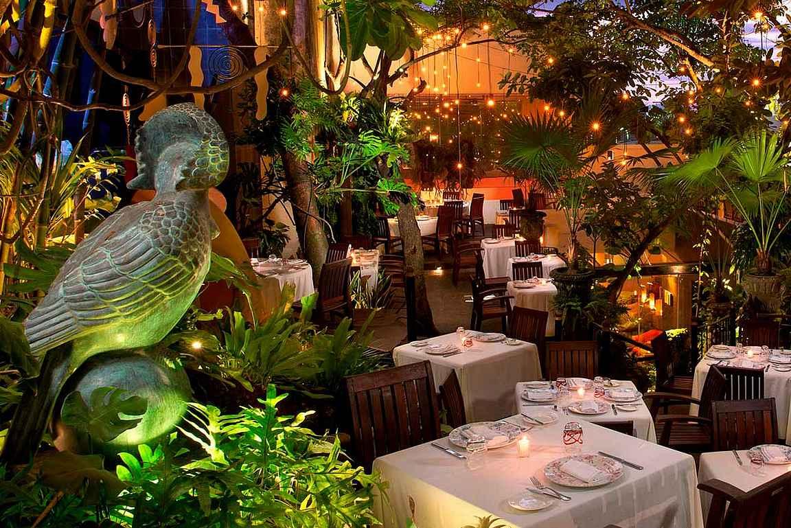 Café de Artistes hurmaa niin sisustuksellaan kuin ruuallaan.