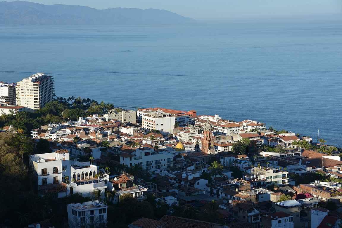 Puerto Vallarta avautuu Mirador de La Cruzin näköalapaikalta.