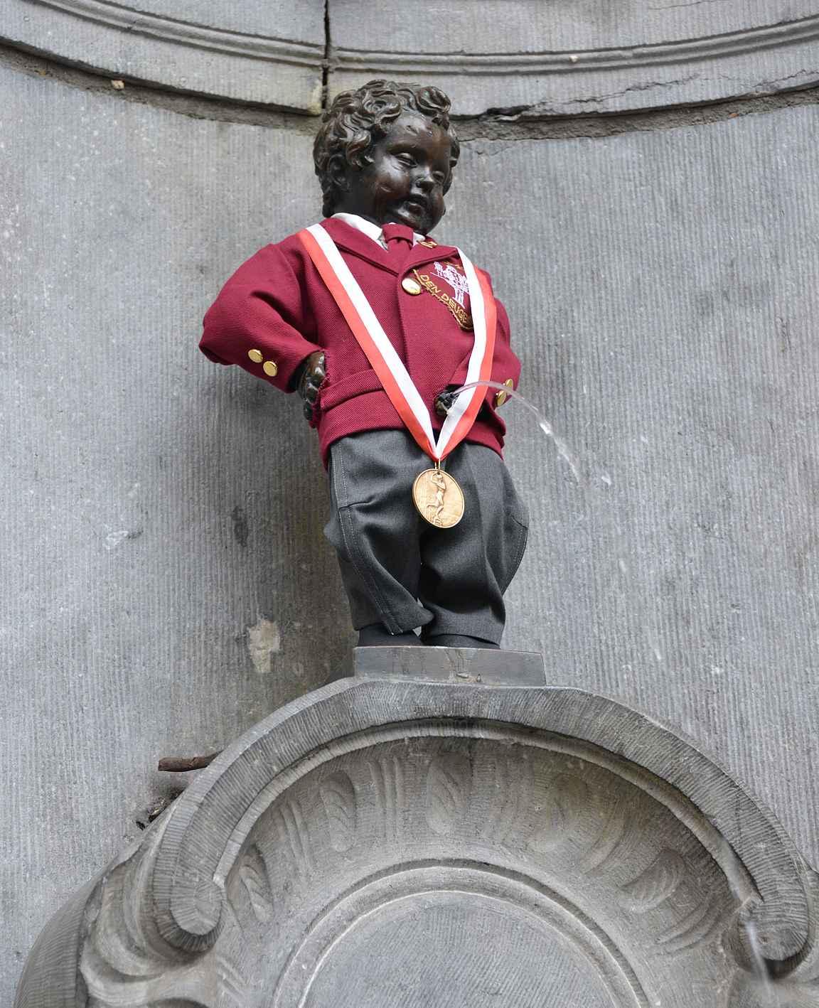 Manneken pis - Brysselin kuuluisa pissaava poika vaatetetaan eri asuihin useana päivänä vuodessa.