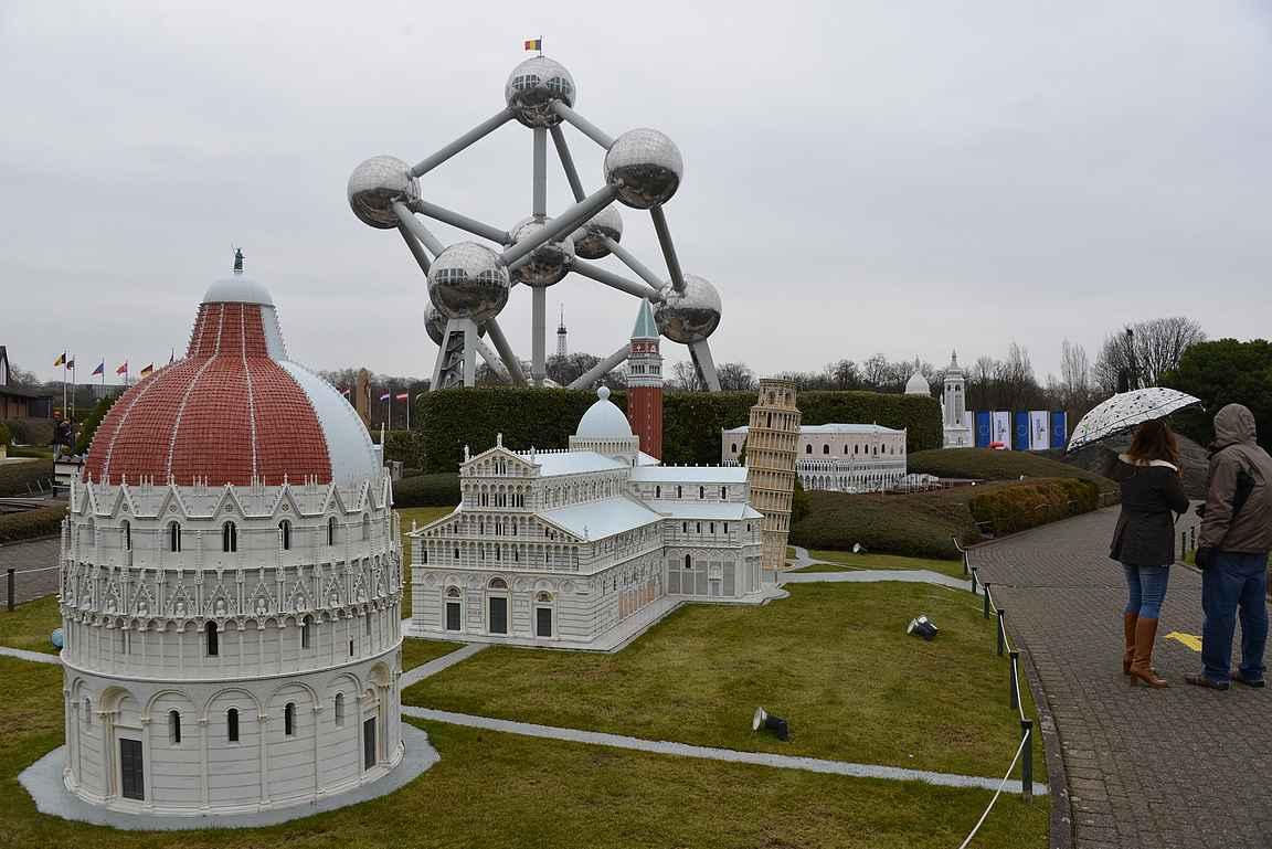 Pisan ihmeiden aukio ja taustalla futuristinen Atomium.