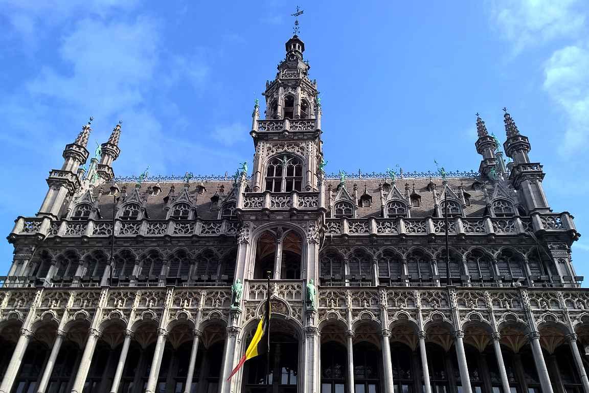 Brysselin Parlamenttitalon aukio on upea.