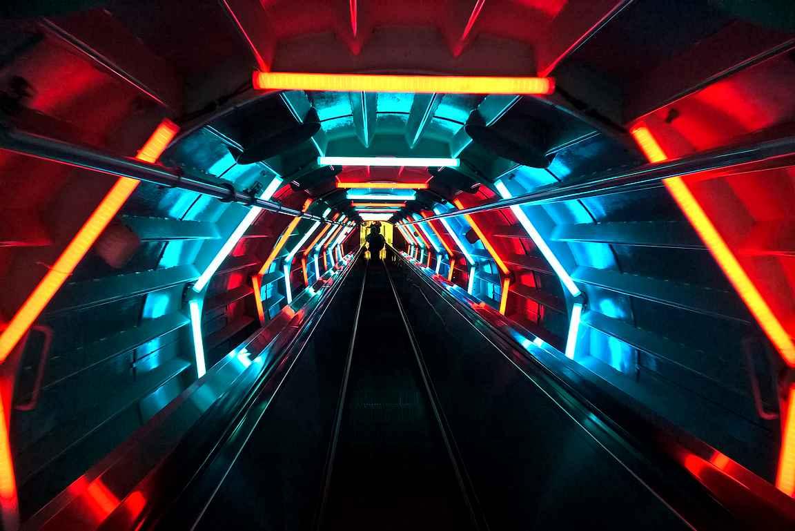 Atomiumin putkissa liikutaan rullaportaita pitkin kerroksista toisiin.