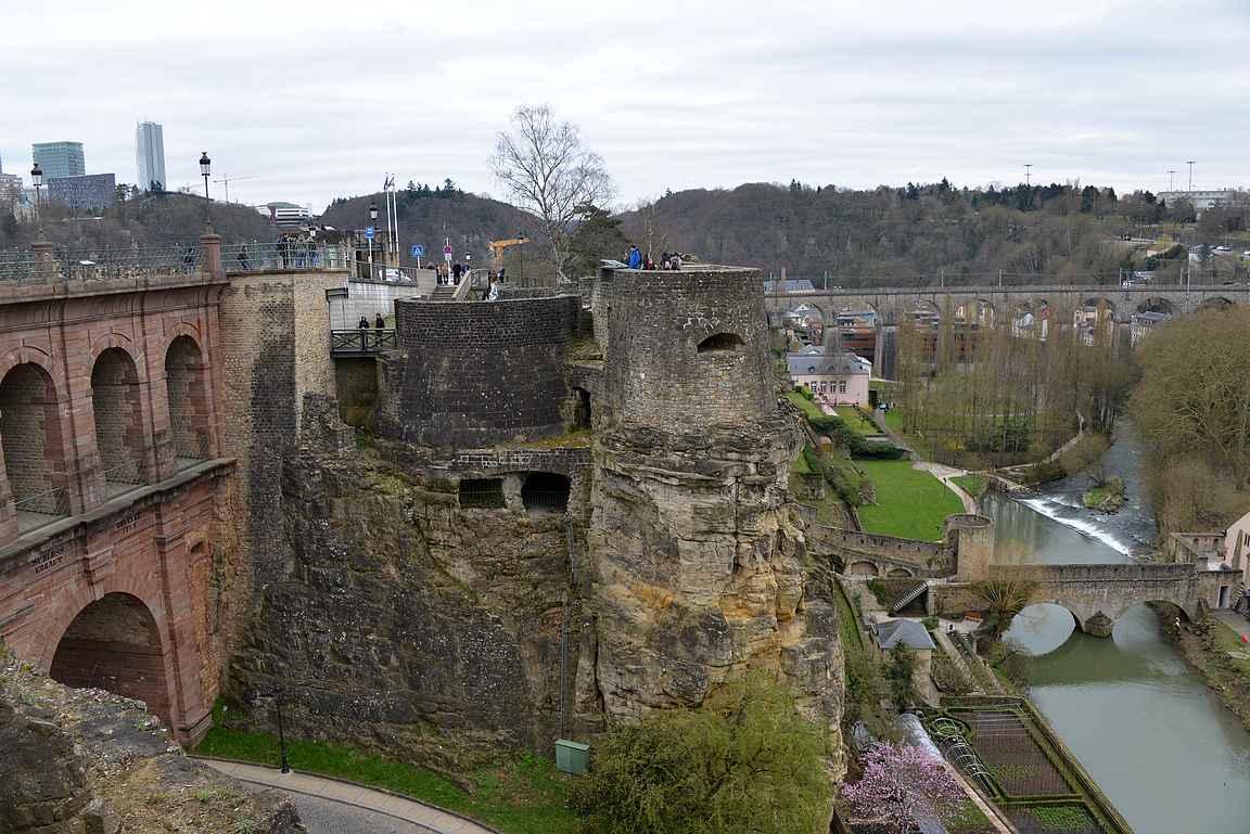 Luxemburg avautuu kauneimmillaan Casemates du Bock -linnoituskäytävistä.