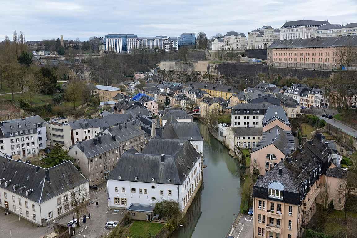 Alzette -joki halkoo Luxemburgin keskustan.