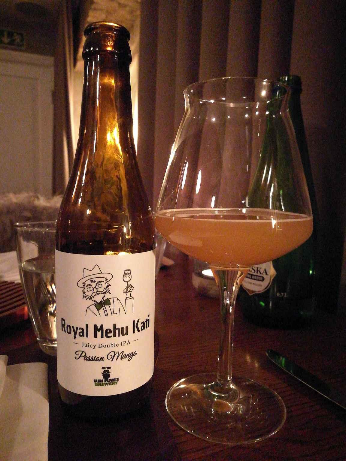 """Leib Restoran on tunnettu hyvistä oluistaan ja sitä oli myös """"paikallinen mehukatti""""."""