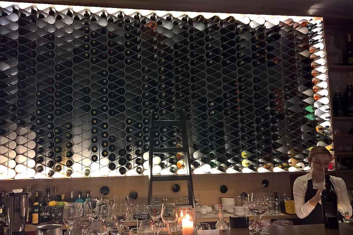 Astuessa sisään Ribeen katseen vangitsijana toimii upea viinihylly.