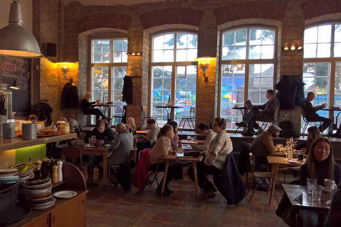 """F-Hoonen parhaat paikat isossa tehdashallissa on isojen ikkunoiden """"ikkunalaudalla""""."""
