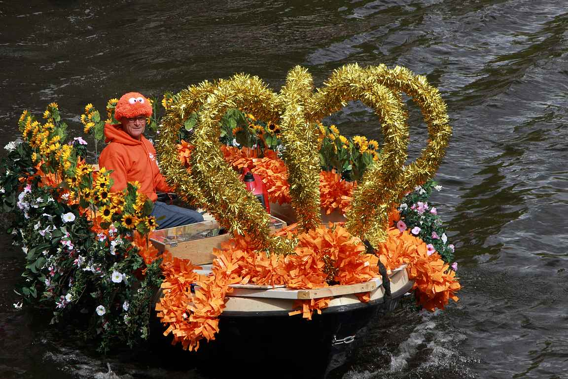 Osa juhlijoista on panostanut veneensä koristeluun kunnolla.