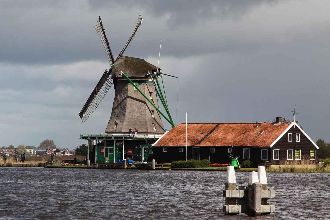 Zaanse Schansin tuulimyllymuseo on Zaan-joen rannalla.