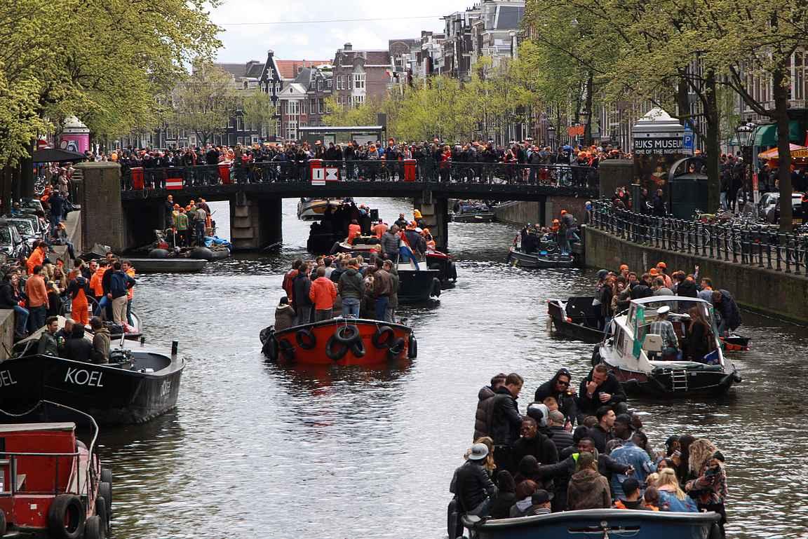 Kanaalit ovat täynnä juhlivaa kansaa veneineen.