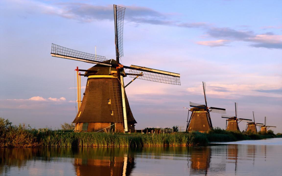 Myös Kinderdijkin Unescon suojelemat tuulimyllyt ovat helposti saavutettavissa vuokra-autolla päiväretkellä Amsterdamista. copyright TripHobo
