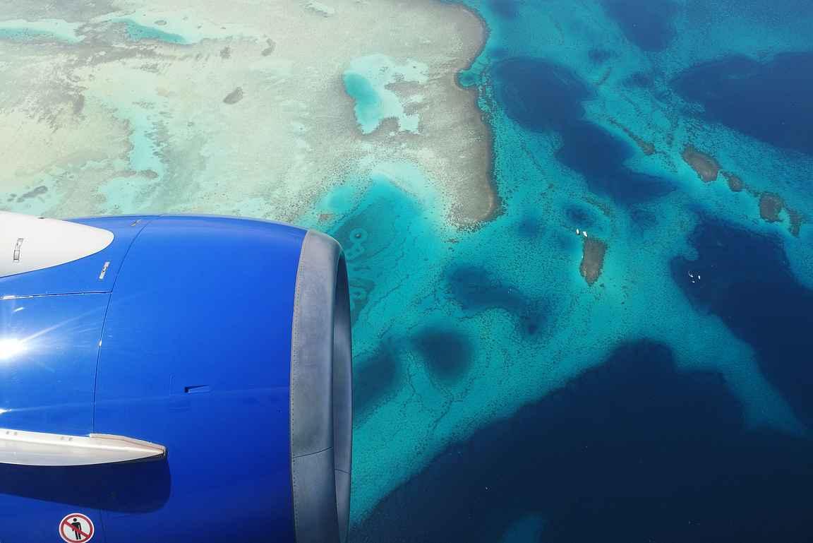 Lähestyminen Hurghadaan - turkoosi meri näytti upealta yläilmoista.