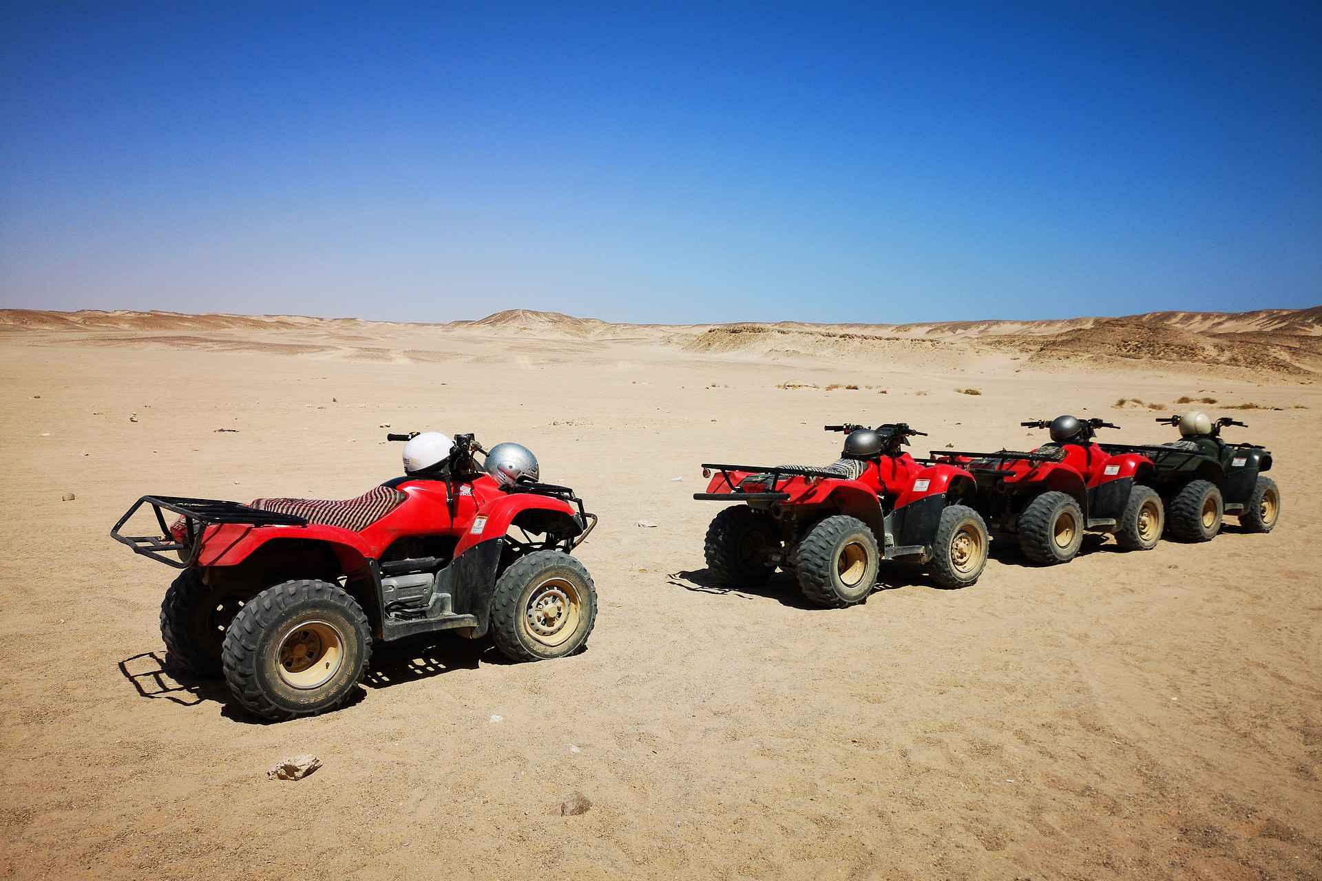 Maisemakuviin saa mukavasti syvyyttä mikäli kuvan etualalla on joku kohde katseenvangitsijana - tässä tapauksessa beduiiniteltan eteen pysäköidyt mönkijät aavikolla.