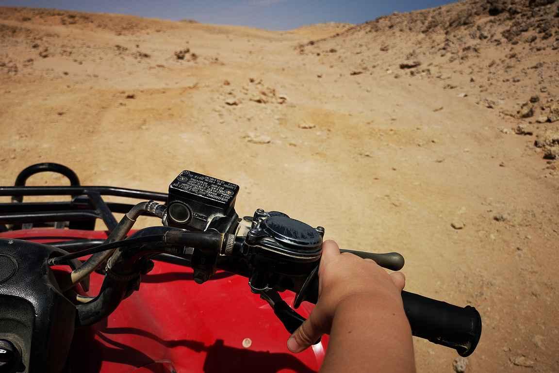 Takana ajaneen suomituristin juututtua hiekkaan, ehti aavikolla nopeasti kaivaa kännykän esiin ja ottaa kuvan ajomiehen vinkkelistä.