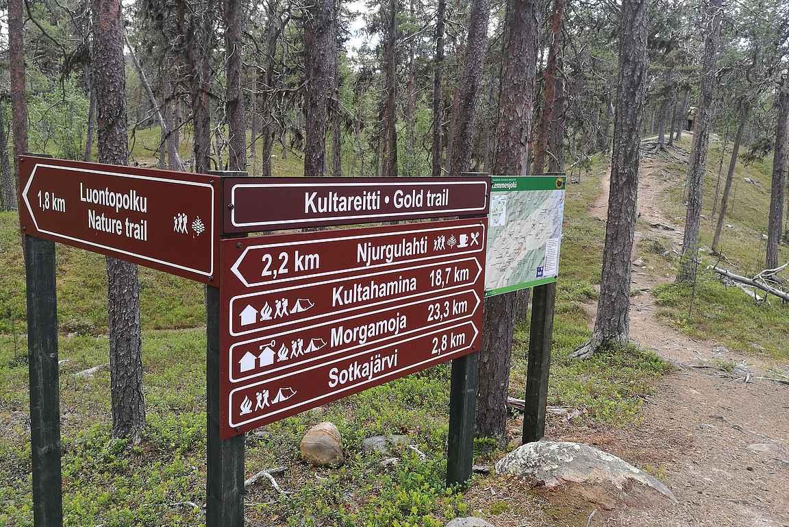 Njurkulahdesta lähtee niin lyhyempi luontopolku kuin pidemmät vaellusreitit Lemmenjoen kansallispuistoon.