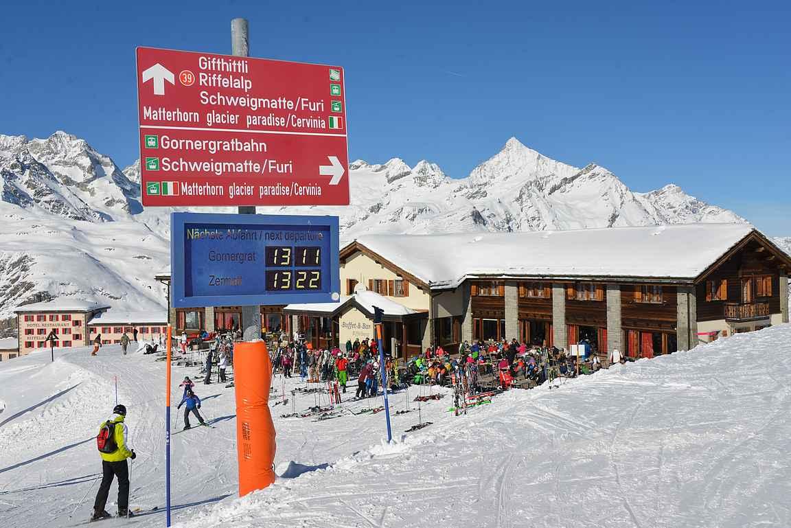 Juna-asemien lähistöllä on rinteissä aikataulunäytöt, josta selviää koska seuraavat junat lähtevät niin ylöspäin vuorille kuin alaspäin kohti Zermattin kylää.