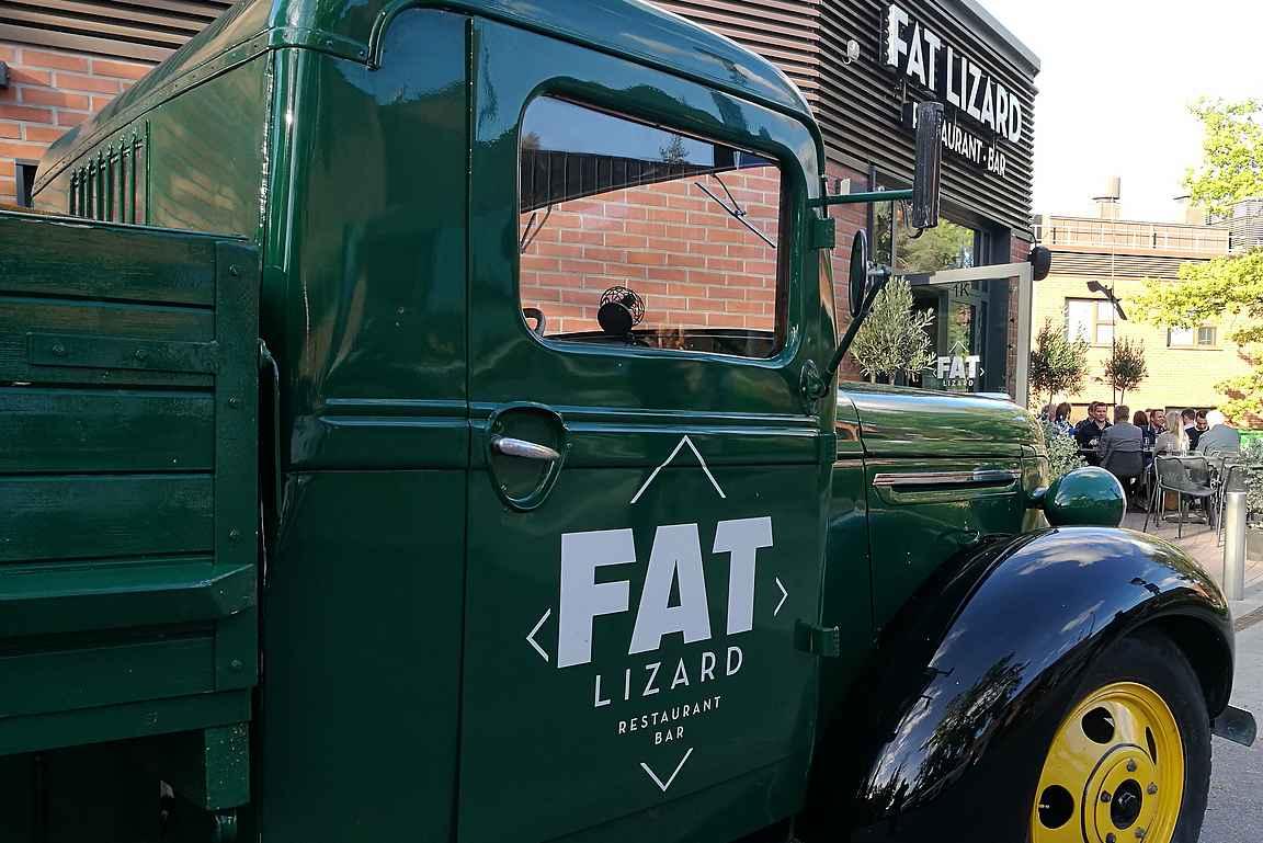 Fat Lizard sijaitsee aivan Aalto Yliopiston metroaseman vieressä.