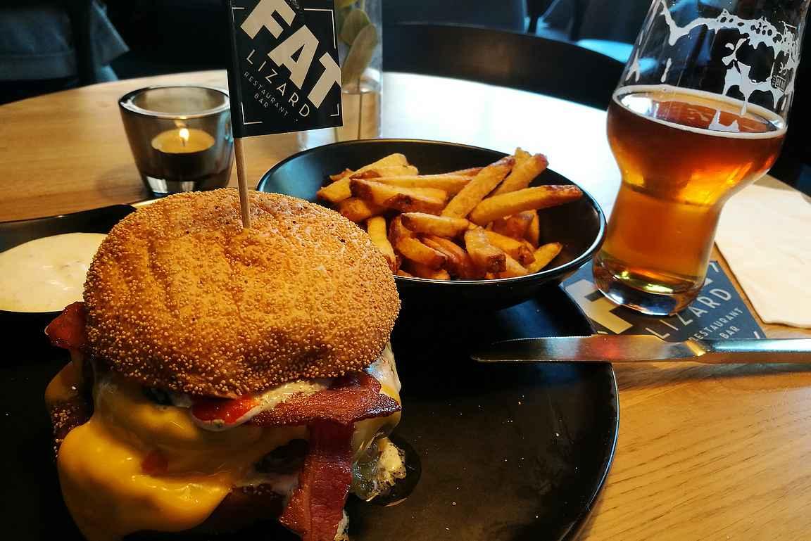 Fat Lizardin burgeri ja oman panimon tuotteita kyytipojaksi.