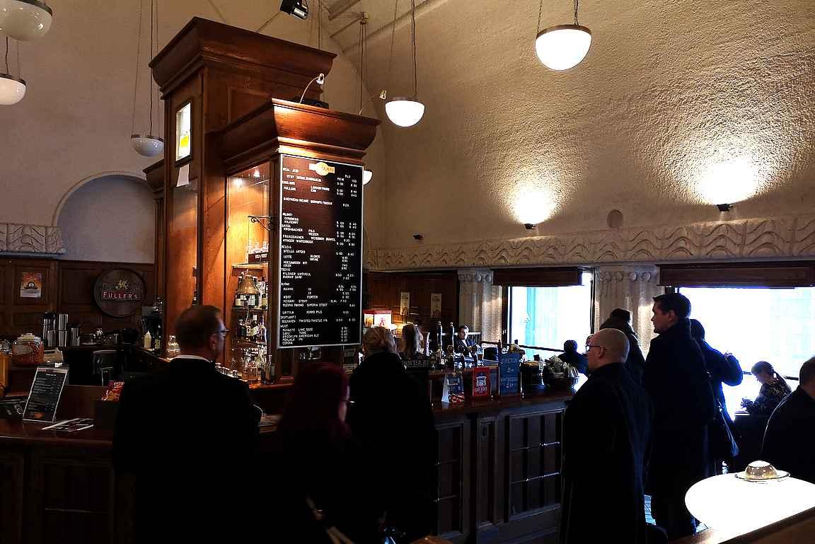 The Pullman Bar & Lounge on oiva paikka oluelle rautatieaseman toisessa kerroksessa.