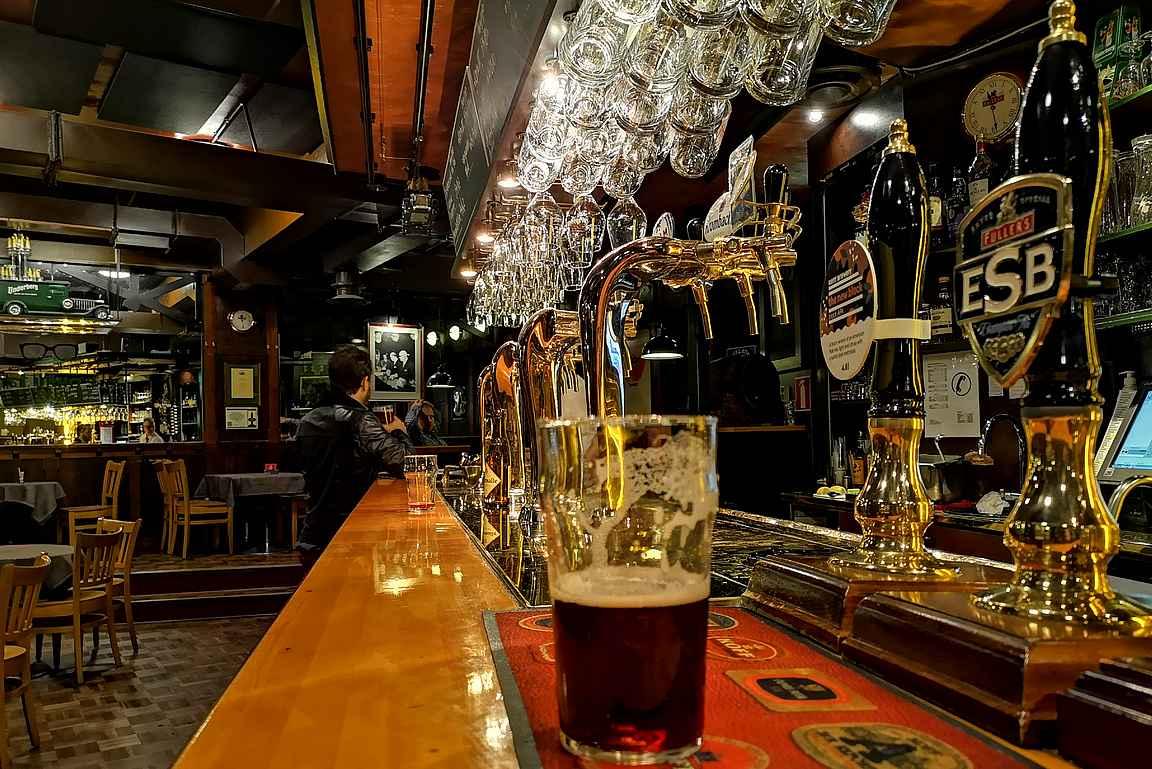 St. Urho's Pub houkuttelee sijainnilta asiakkaita niin Eduskunnasta kuin Finlandiatalon tapahtumista.