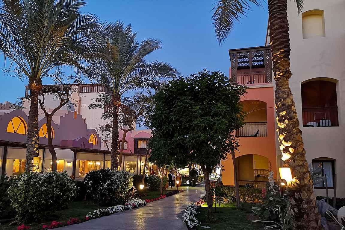 Makadi Bayssä sijaitseva Saraya Suites hotelli oli kuin pieni kylä itsessään sillä erotuksella, että siellä ei ollut muita kuin hotellivieraita.