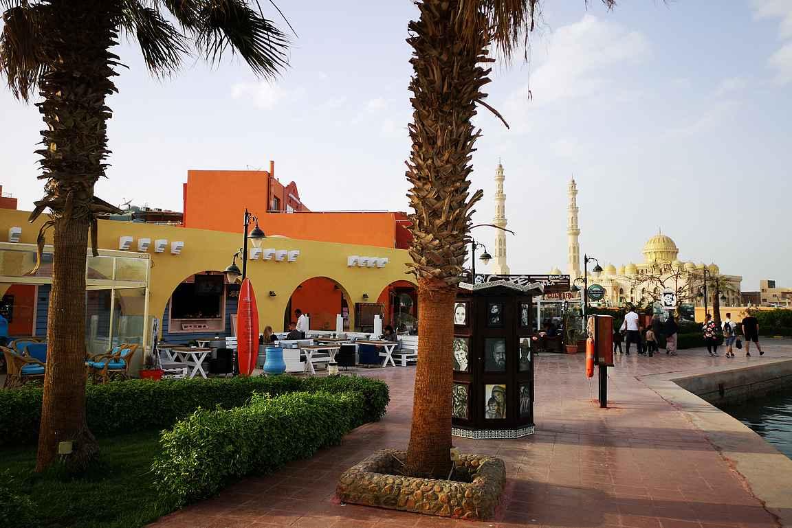Hurghadan Marina eli huvivenesatama on rakennettu turisteja varten. Taustalla näkyy Hurghadan päämoskeija Al Mina.