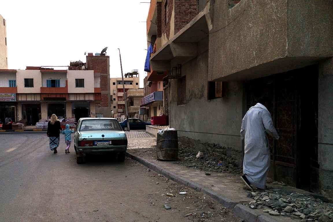 Hurghadan keskusta eli Sakkalassa kontrasti on melkoinen Makadi Bayn hotellialueeseen.