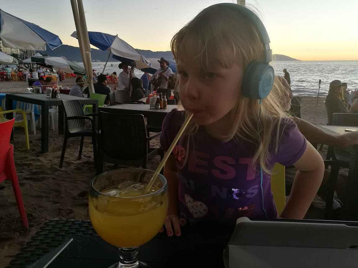 Iltaisin on reissussa mukava mennä illalliselle tai istumaan rauhassa iltaa, kun muksut viihtyy hetken kotimaisten ohjelmien parissa.