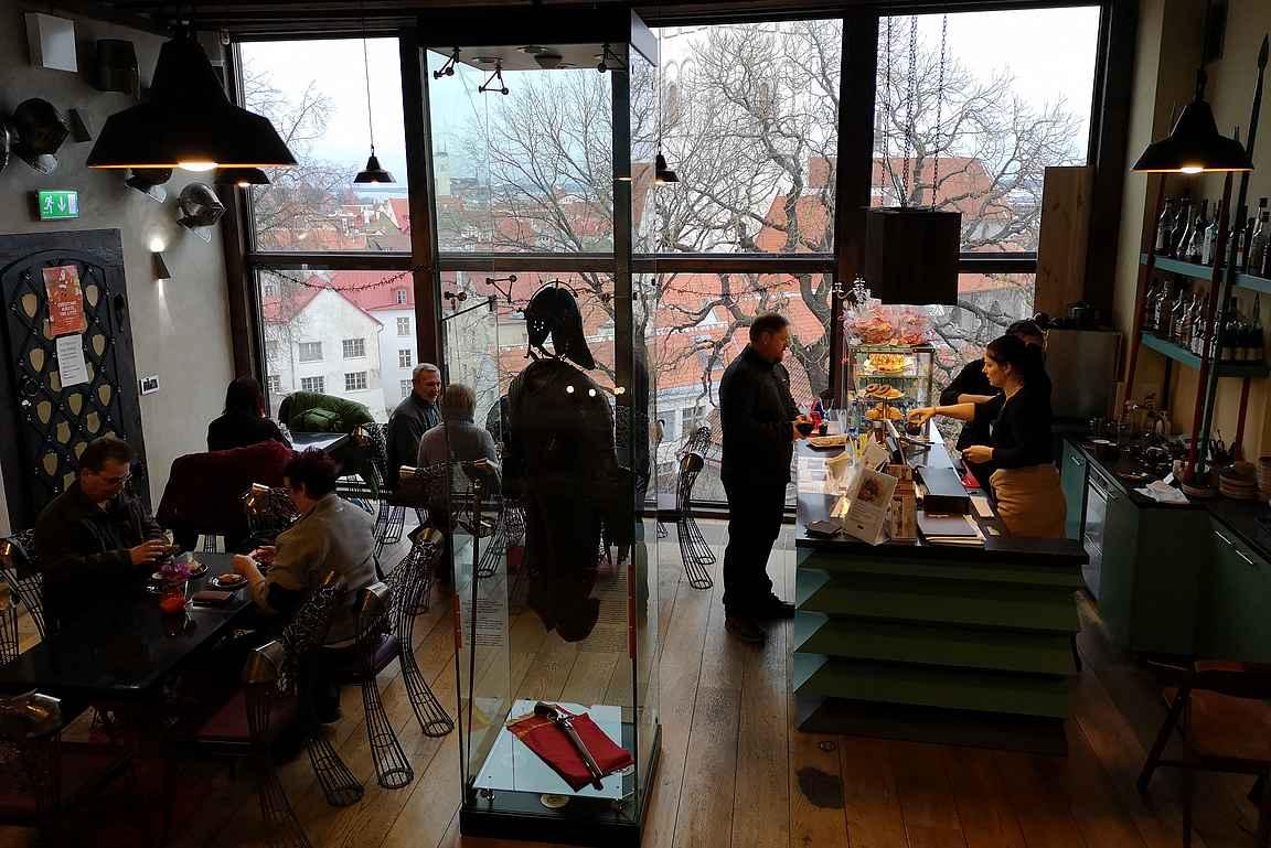 Neitsyttornin kahvilasta on upeat maisemat.