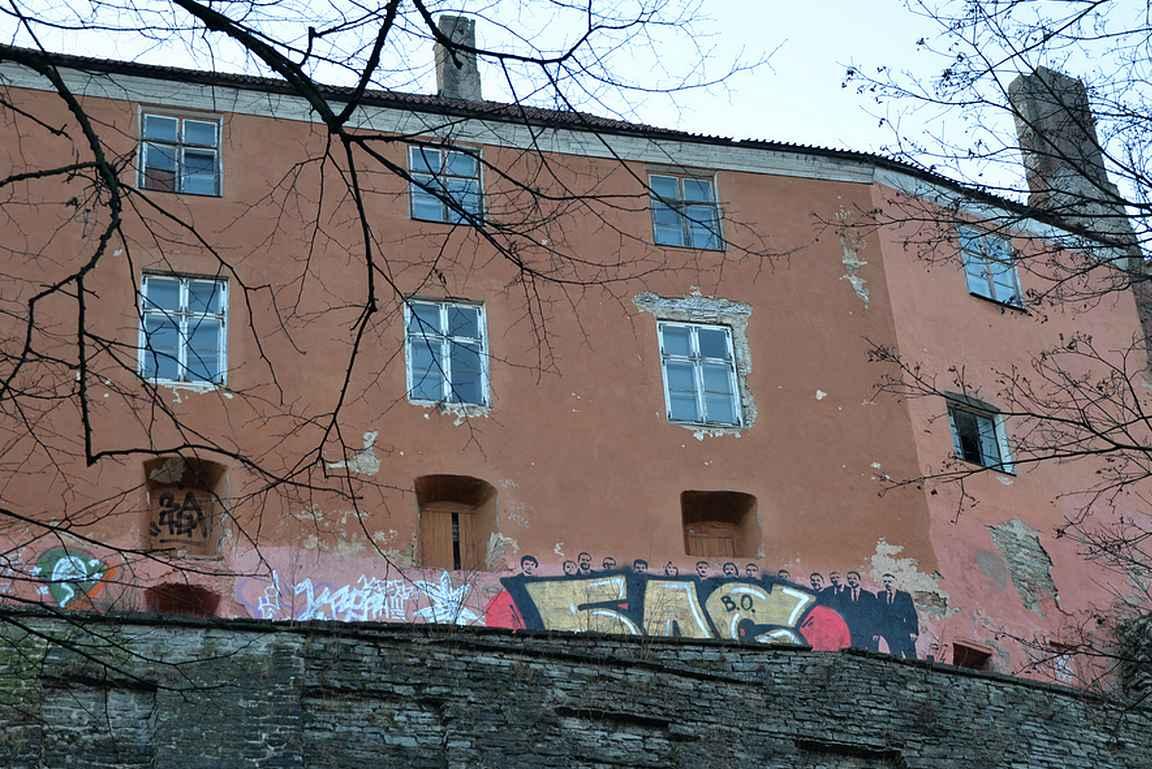 Grafiitti vanhankaupungin rakennuksen seinällä.