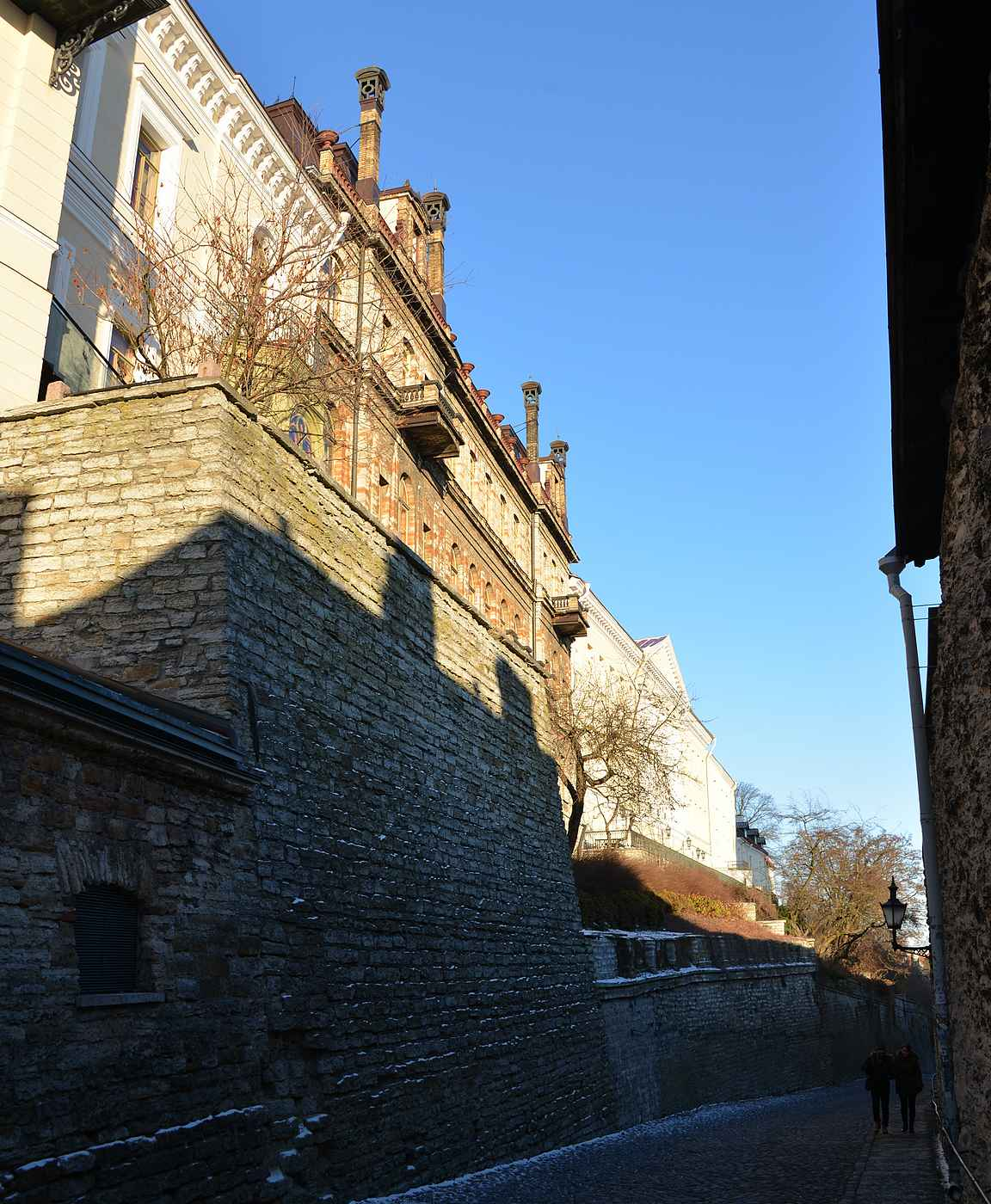 Pikk jalgia pitkin kävellessä yläkaupungin muuri tuntuu valloittamattomalta.