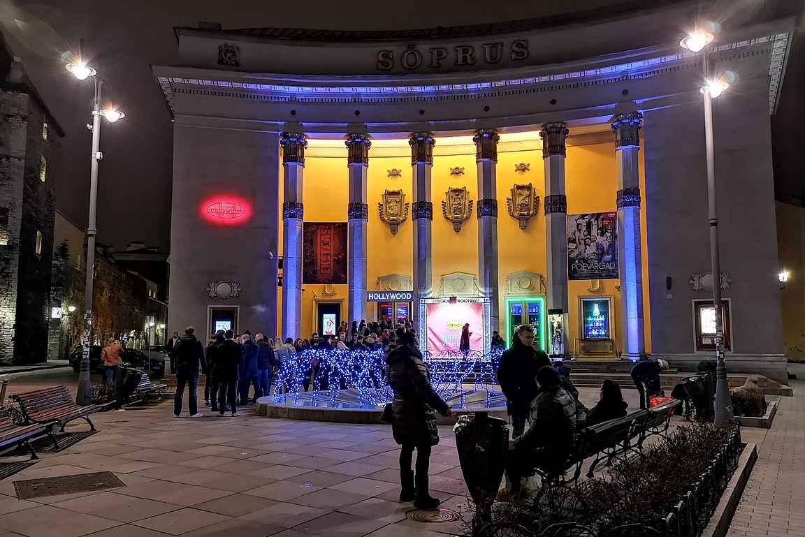 Kino Sõprus on saanut nykyaikaisen valaistuksen tuomaan esiin rakennuksen upeita muotoja.