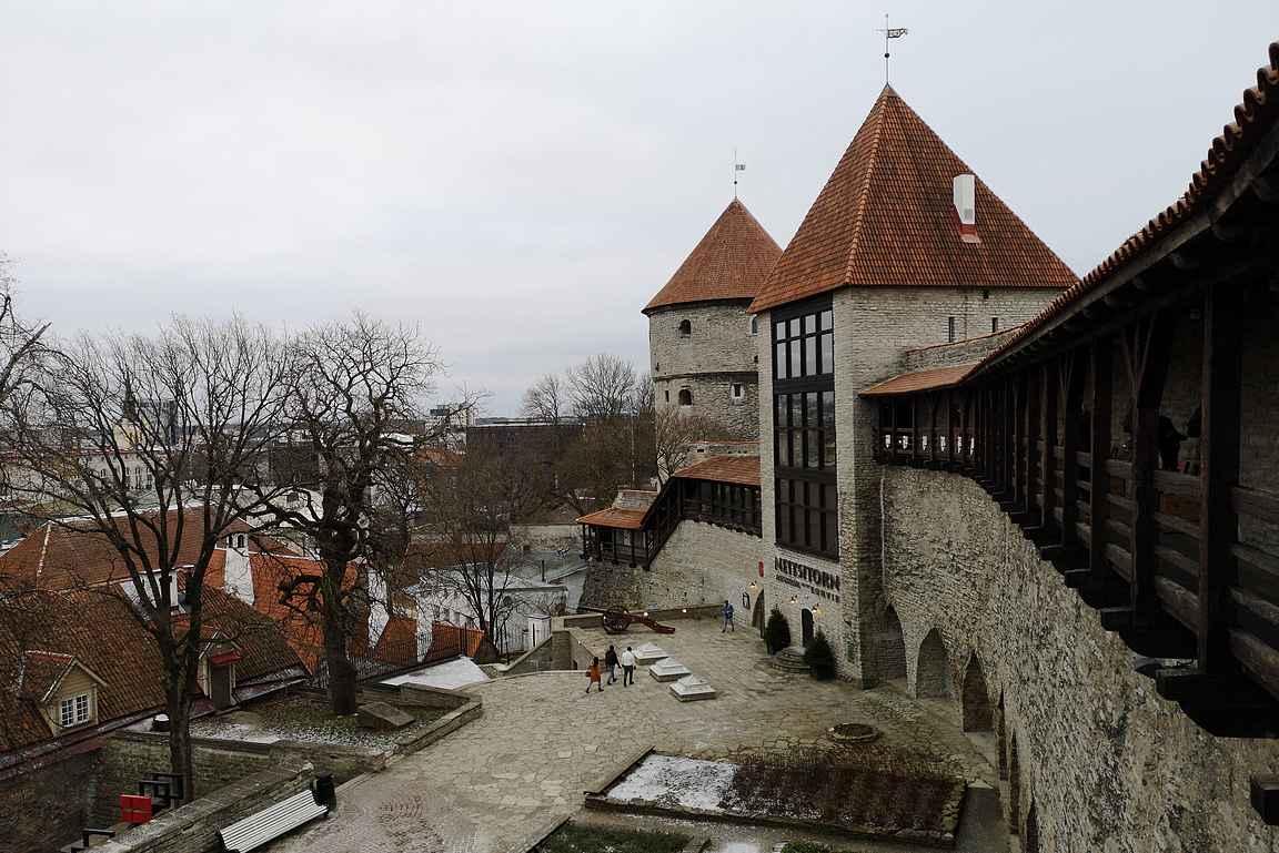 Kiek in de Kök ja Neitsyttorni ovat Tallinnan puolustusmuurin mielenkiintoisimpia tutustumuskohteita.