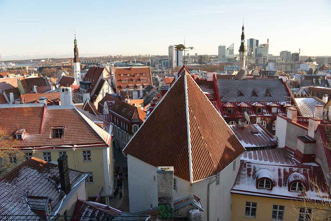 Patkulin näköalatasanteelta avautuu näkymät niin vanhaankaupunkiin kuin Tallinnan tornitaloihin.